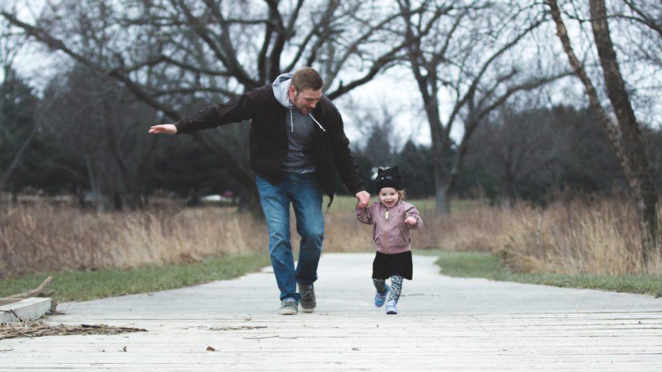 Gezinshuisvader met kind aan het wandelen
