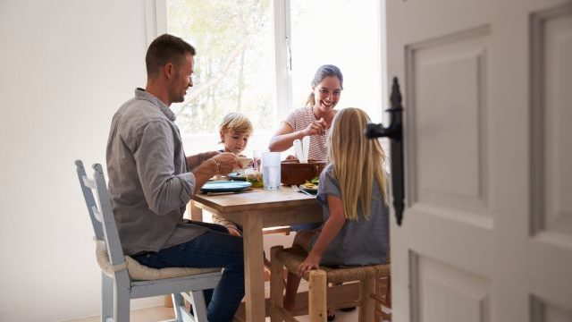 gezin-blij-om-tafel