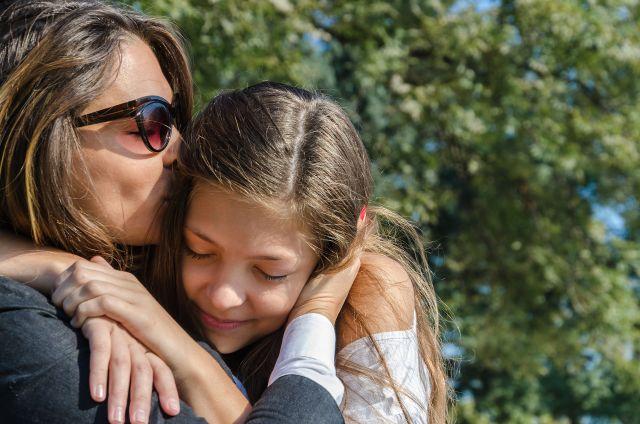 moeder-dochter-omhelzing